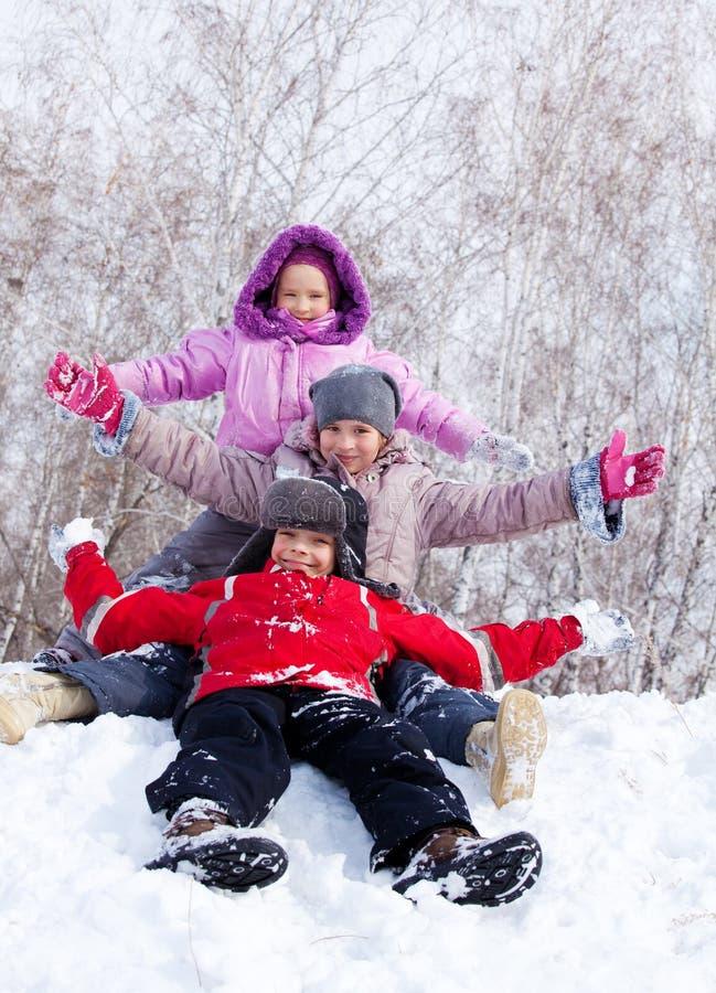 Счастливые малыши на снежке стоковое фото