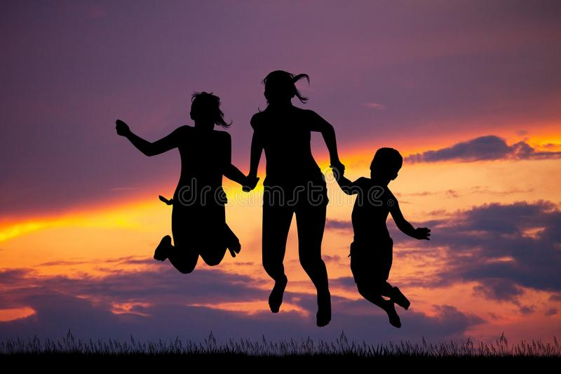 Счастливые мальчики и девушки на заходе солнца бесплатная иллюстрация