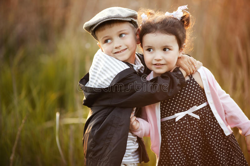 Счастливые мальчик и девушка стоковые фотографии rf