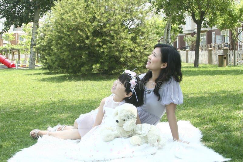 Счастливые мать и дочь стоковые изображения