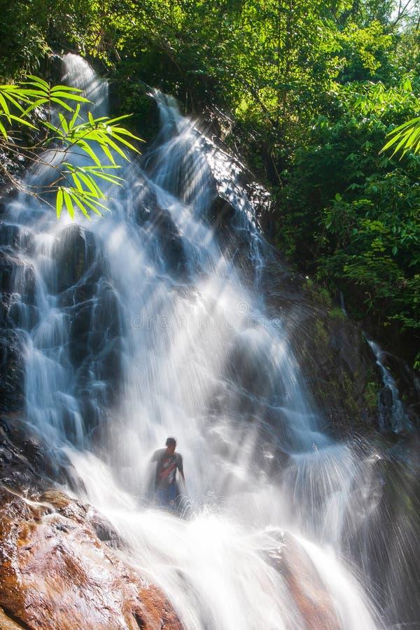 Счастливые молодые люди ослабляя под водопадом в природе Сезон лета выдержка длиной Khao Lak, Таиланд Терапия природы стоковые фотографии rf