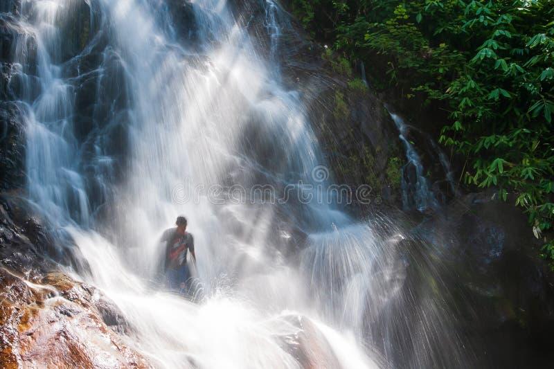 Счастливые молодые люди ослабляя под водопадом в природе Сезон лета выдержка длиной Khao Lak, Таиланд Терапия природы стоковые изображения rf