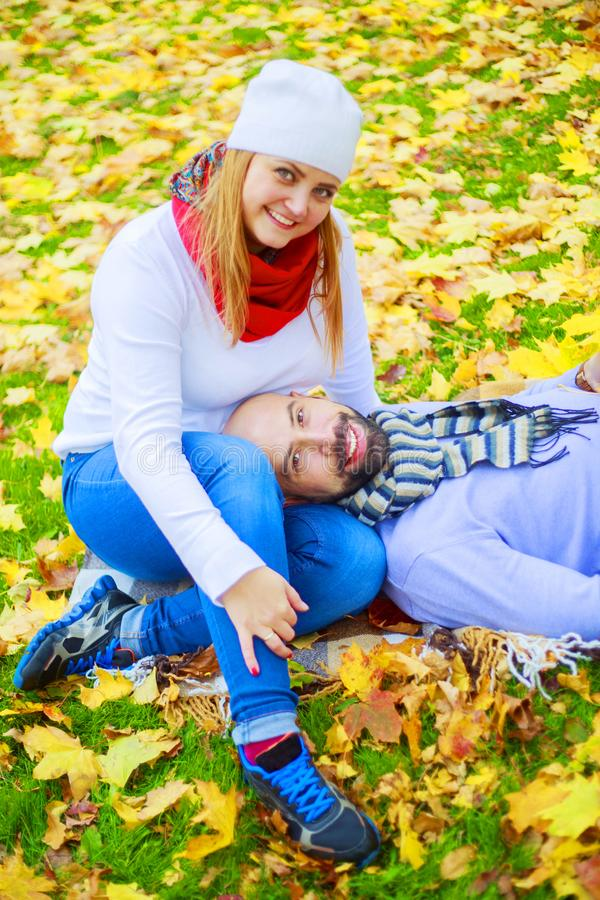 Счастливые молодые пары в парке осени стоковое фото