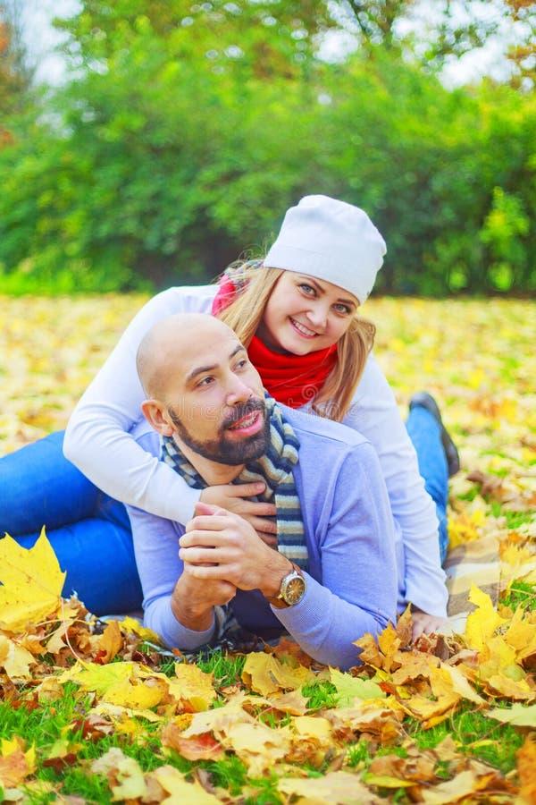 Счастливые молодые пары в парке осени стоковое изображение rf