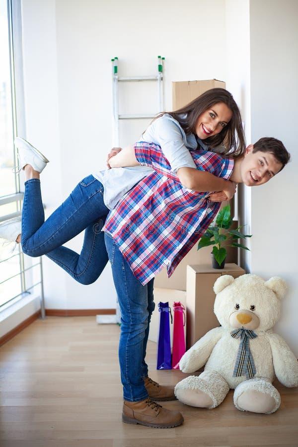 Счастливые молодые пары двигая совместно в новую квартиру стоковые изображения rf