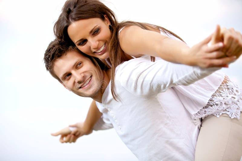 Счастливые молодые пары имея потеху стоковые фото