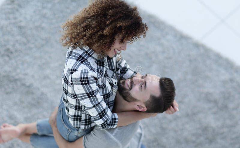 Счастливые молодые пары ликуя в новой квартире стоковые изображения rf