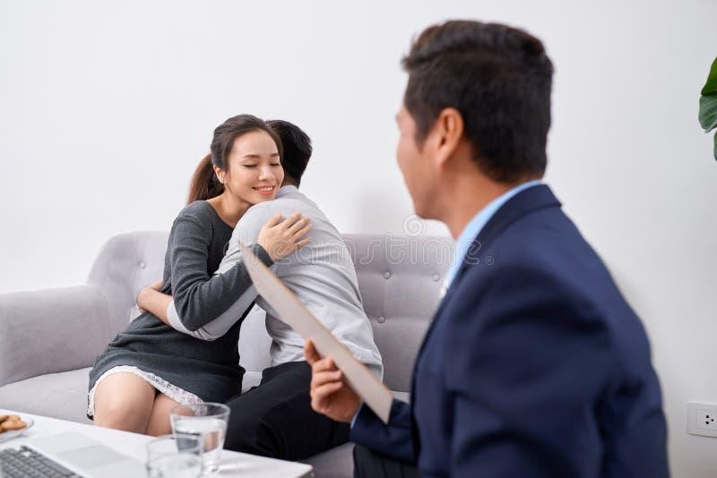 Счастливые молодые пары слушая мужской агент стоковая фотография rf