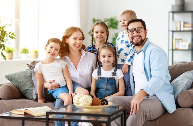 Счастливые отец и дети матери многодетной семьи дома стоковое фото rf
