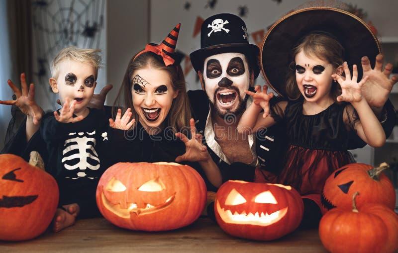 Счастливые отец и дети матери семьи в костюмах и составе o стоковые фото