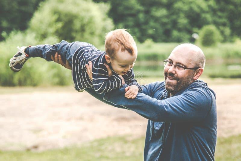 счастливые отец и сын стоковое фото rf