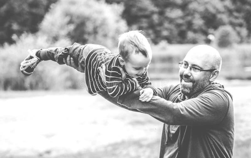 Счастливые отец и сын стоковые фотографии rf