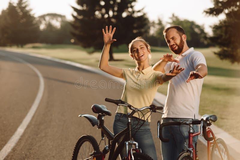 Счастливые пары велосипедистов имея потеху outdoors стоковые фото