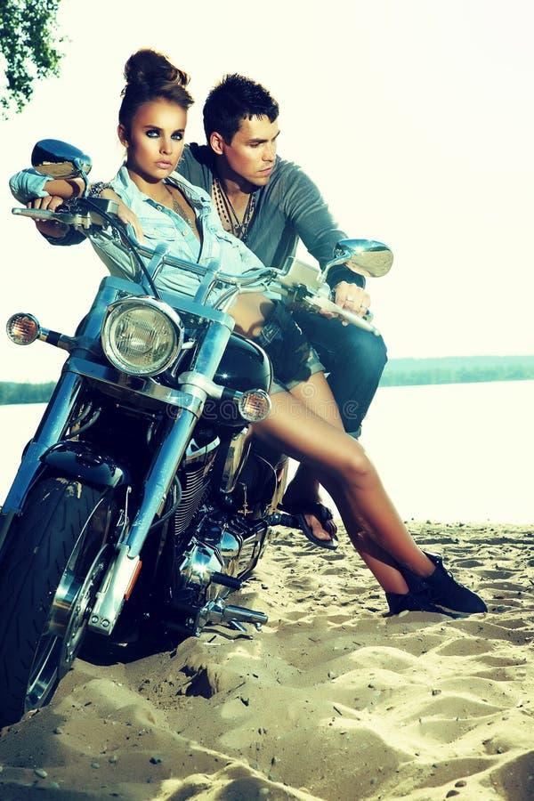 Счастливые пары влюбленности на наслаждаться самоката - перемещение стоковая фотография