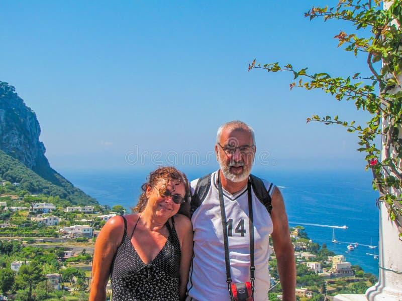 Счастливые пары в Капри, Италия стоковое изображение