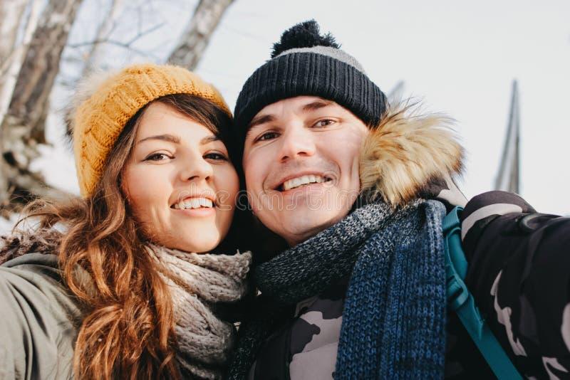 Счастливые пары в любов делая selfie на природном парке леса в холодном сезоне Любовная история приключения перемещения стоковое изображение rf