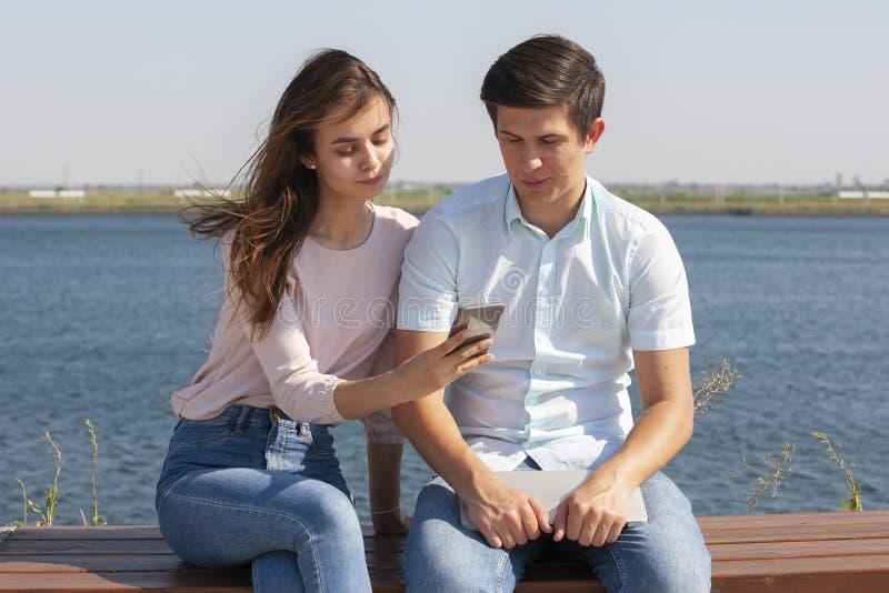 Счастливые пары в любов идя в парк стоковые изображения rf