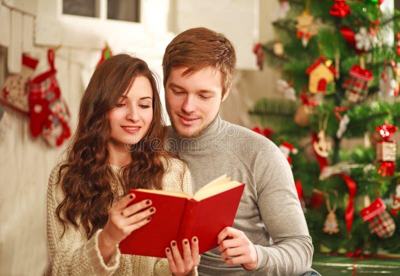 Счастливые пары в любов в книге чтения дома отдыха совместно стоковое фото rf
