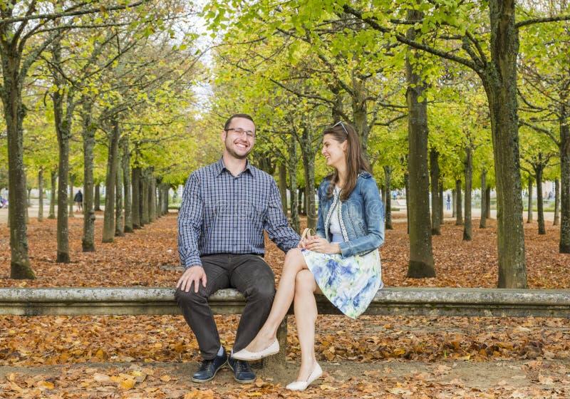 Счастливые пары в парке в осени стоковое изображение