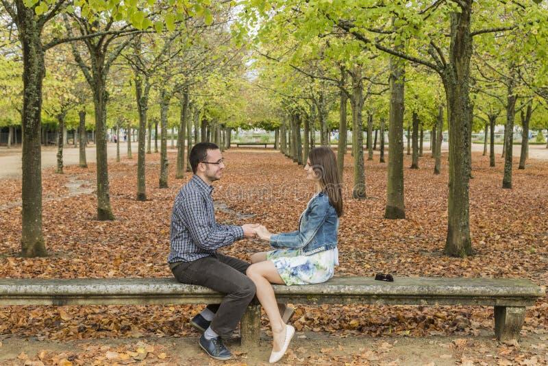 Счастливые пары в парке в осени стоковое фото rf