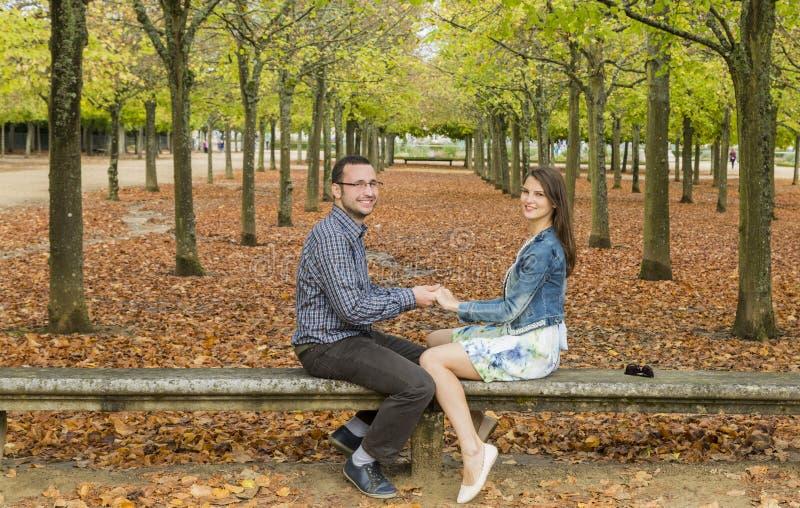 Счастливые пары в парке в осени стоковая фотография rf