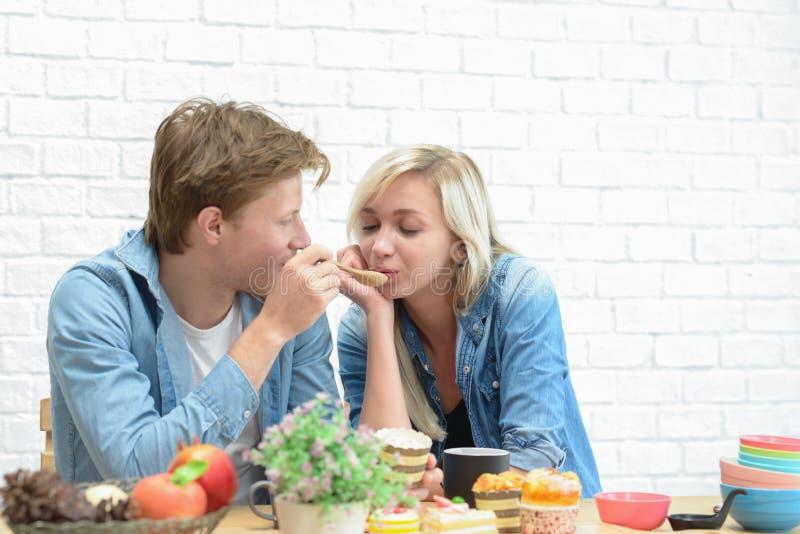 Счастливые пары есть перерыв на чашку кофе и десерт стоковое изображение