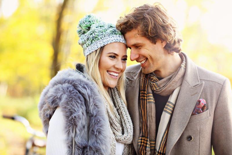 Счастливые пары идя в лес во время осени стоковое изображение rf