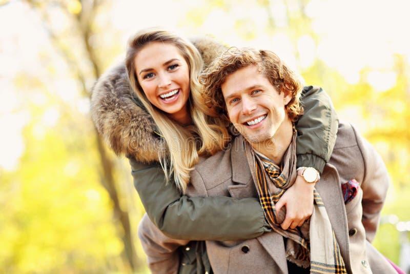 Счастливые пары идя в лес во время осени стоковые изображения