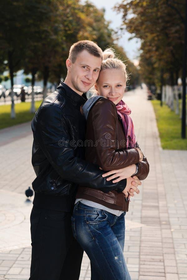 Счастливые пары напольные стоковые изображения