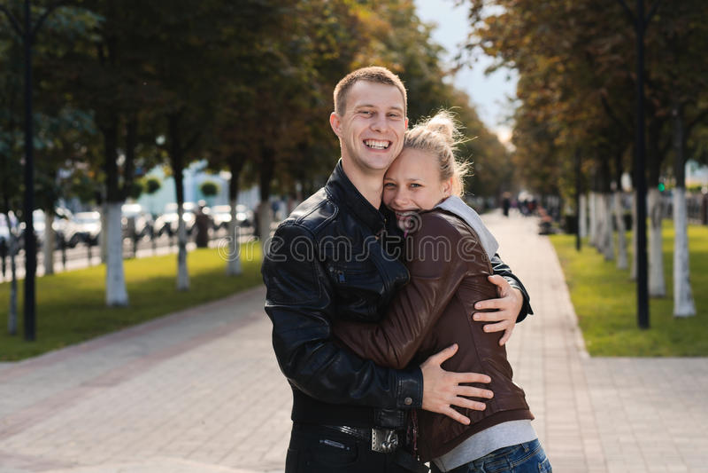 Счастливые пары напольные стоковые фото