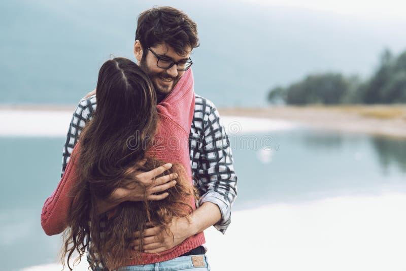 Счастливые пары обнимая и тратя время совместно стоковые фото