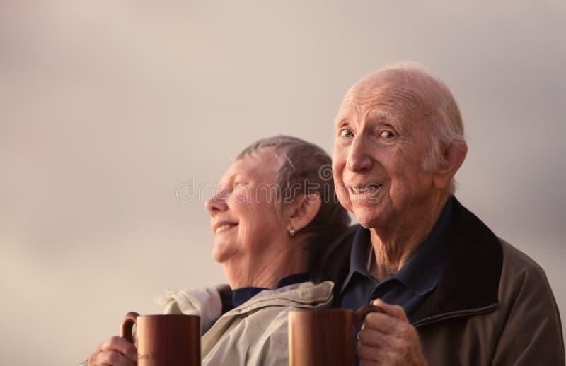 Счастливые пары пожилого гражданина снаружи стоковое фото rf