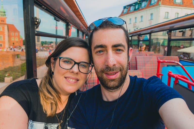 Счастливые пары принимая selfie с smartphone или камеру внутри a стоковые изображения rf