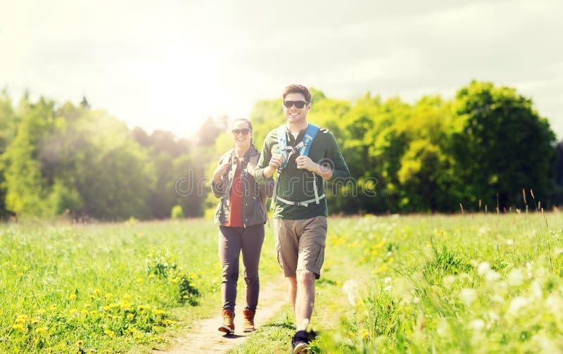 Счастливые пары при рюкзаки outdoors стоковые фото