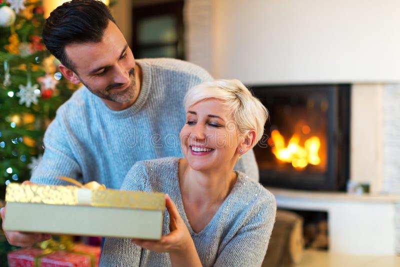 Счастливые пары с подарком рождества стоковая фотография rf