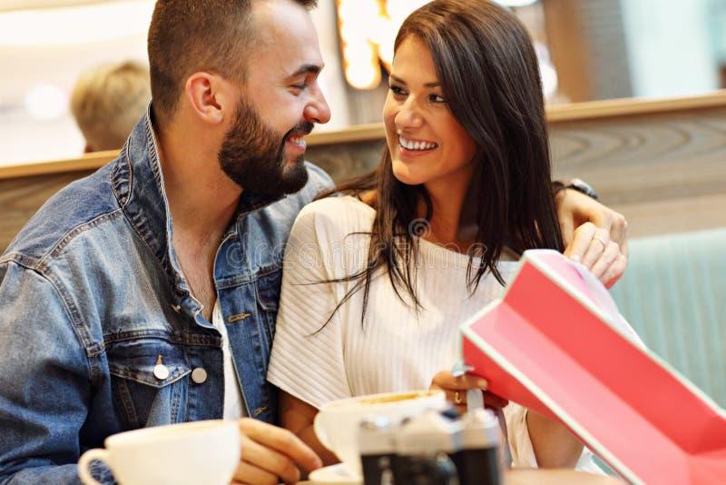 Счастливые пары с хозяйственными сумками в кафе стоковое фото