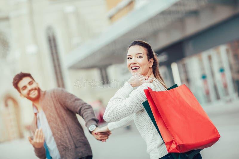 Счастливые пары ходя по магазинам совместно и имея потеху стоковая фотография