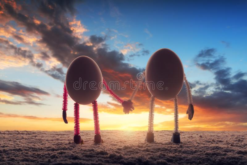 Счастливые пары яичек на песчаном пляже стоковые изображения rf