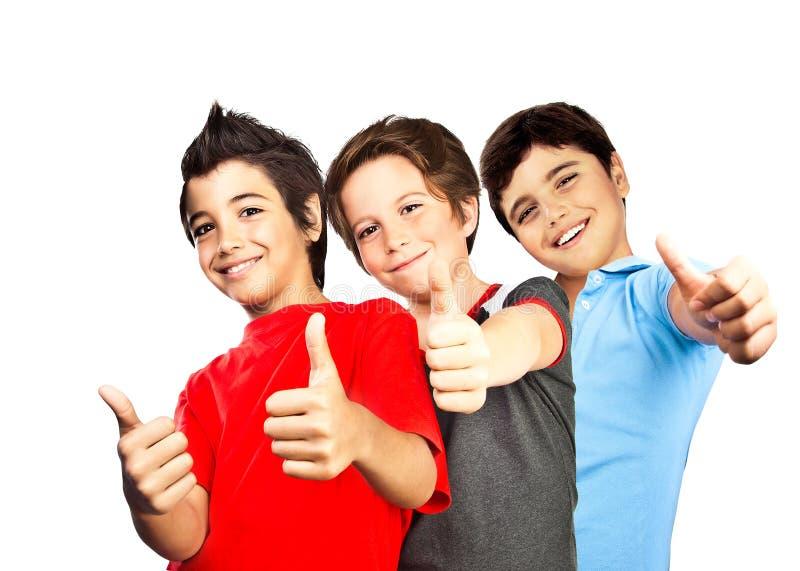 Счастливые подростки мальчиков, потеха лучших друг стоковое изображение