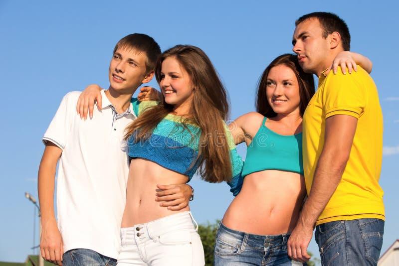 счастливые подростки молодые стоковая фотография