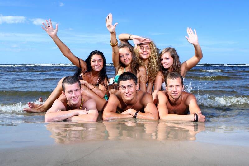 счастливые подростки моря стоковые фото