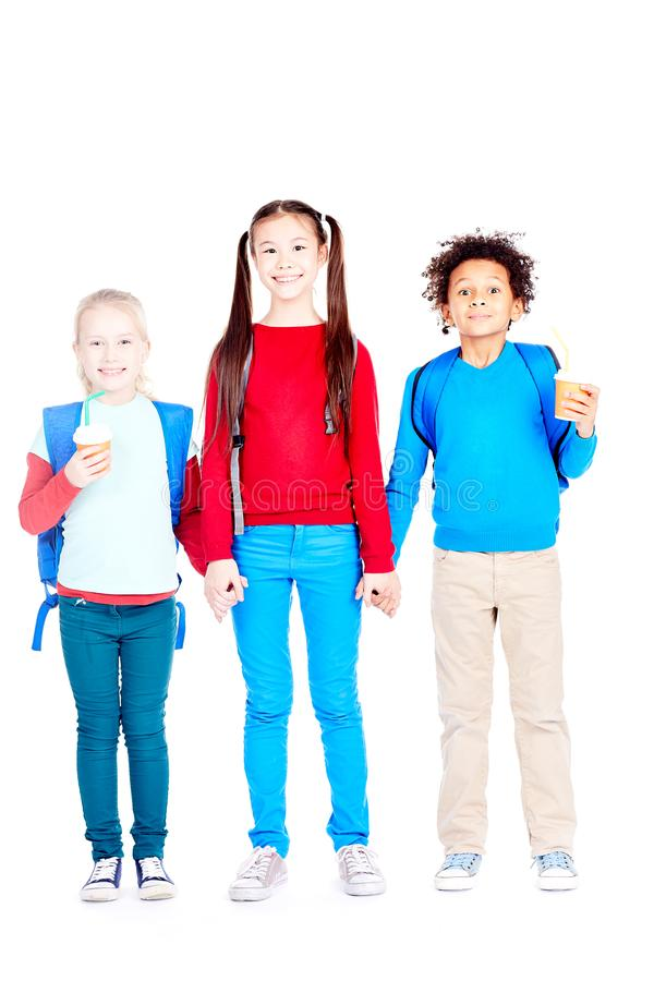 Счастливые 3 подруги по школе стоковые изображения rf