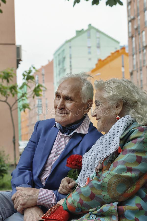 Счастливые пожилые пары, прогулка в парке, радостные улыбки, влюбленность, стоковые фотографии rf