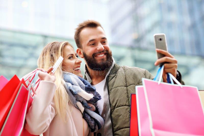 Счастливые покупки пар в городе стоковые изображения rf