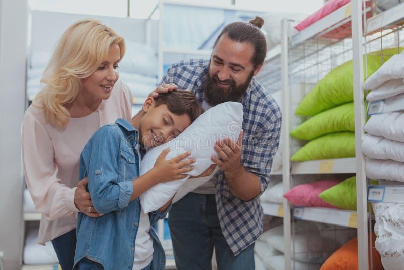 Счастливые покупки семьи на мебельном магазине стоковые фото