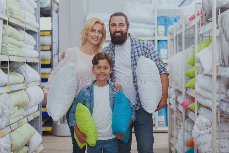 Счастливые покупки семьи на мебельном магазине стоковое фото rf