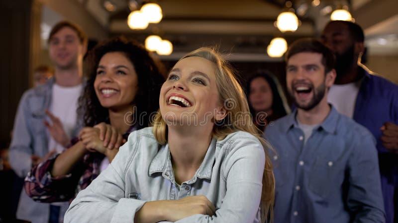 Счастливые потехи спорт усмехаясь смотрящ результаты команды в конкуренции спорта, утехе стоковые фото