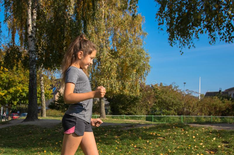 Счастливые предназначенные для подростков бега девушки на зеленой траве стоковые фото