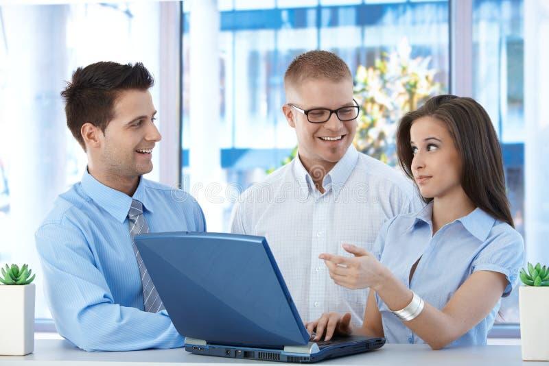 Счастливые предприниматели на работе стоковое изображение rf