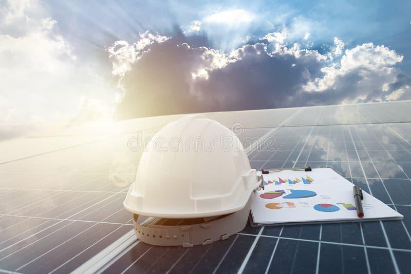 Счастливые работая панели солнечной станции фотовольтайческие стоковые изображения rf
